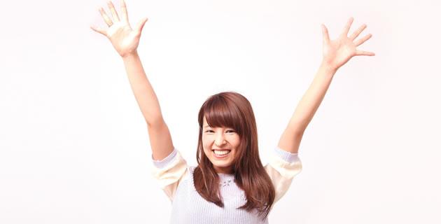 笑顔で元気な若い女性/イメージ