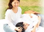 仲の良いカップル・公園で膝枕イメージ